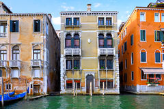 Härlig gata, storslagen kanal i Venedig, Italien arkivbild