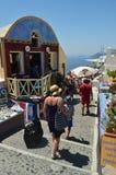 Härlig gatalabyrint, smalt, brant och ändlöst i Oia på ön av Santorini Arkitektur landskap, lopp, kryssning royaltyfri foto