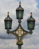Härlig gatalykta på den Westminster bron Arkivfoton