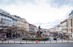 Härlig gatasikt av traditionella gamla byggnader i Prague, Cz Royaltyfri Fotografi