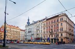 Härlig gatasikt av traditionella gamla byggnader i Prague, Cz Arkivfoto