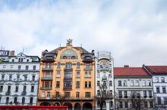 Härlig gatasikt av traditionella gamla byggnader i Prague, Cz Fotografering för Bildbyråer