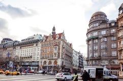Härlig gatasikt av traditionella gamla byggnader i Prague, Cz Arkivbild