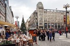 Härlig gatasikt av traditionella gamla byggnader i Prague, Cz Arkivbilder