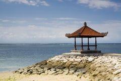 härlig gazebo för bali strand Arkivbild