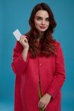 Härlig Girl In Stylish för modemodell kläder med det tomma kortet Arkivfoton