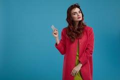 Härlig Girl In Stylish för modemodell kläder med det tomma kortet Arkivbilder