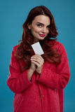 Härlig Girl In Stylish för modemodell kläder med det tomma kortet Arkivfoto