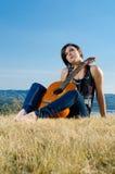 härlig gitarrist som poserar utomhus royaltyfri bild
