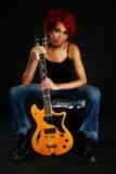 härlig gitarrkvinna för afrikansk amerikan Arkivfoto