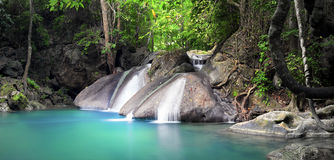 härlig gjord naturvektor för bakgrund Vattenfallet flödar till och med skog Royaltyfri Fotografi