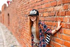 Härlig gladlynt flickahipster som ler i skjorta med exponeringsglas arkivbild