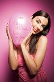 Härlig gladlynt kvinna med valentindagballongen Arkivfoton