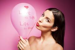 Härlig gladlynt kvinna med valentindagballongen Arkivbilder