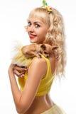 Härlig glamourkvinna med den lilla hundchihuahuaen i händer arkivbilder