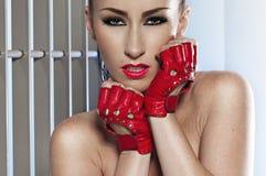 härlig glamourståendekvinna Royaltyfria Foton