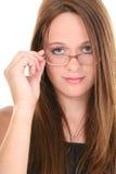 härlig glasögonfjorton som ser gammal över teen år arkivbild