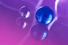 Härlig glass boll två på en glass tabell med reflexion Royaltyfri Foto