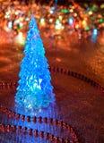 Härlig glass julgran på en bakgrund av ljus Royaltyfria Bilder