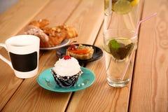 Härlig glass och drinkar på trätabellen royaltyfria foton