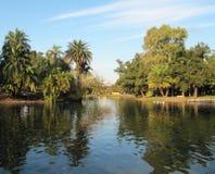 Härlig gräsplan parkerar med sjön Landskap i Buenos Aires Royaltyfri Bild