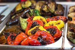 Härlig gräsplanguling och röd grillad grillad spansk pepparbakgrund Grillade grönsaker på ett galler Royaltyfria Foton