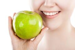 härlig grön kvinna för äpple arkivfoton