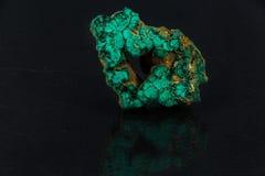 Härlig grön malakit på på en svart bakgrund Royaltyfria Bilder