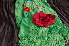 Härlig grön manila sjal med blomman Tappningspanjorkläder arkivfoto