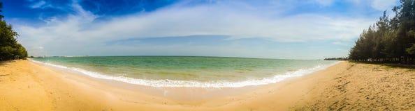 Härlig 180 grad panoramasikt av den vita sandstranden och blått Arkivbild