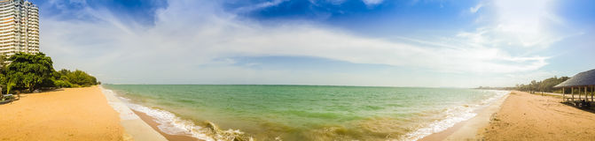Härlig 180 grad panoramasikt av hotellet på stranden med wh Fotografering för Bildbyråer