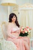 Härlig gravid flicka i förväntan av födelsen av barnet Royaltyfria Foton