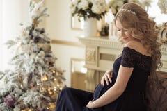 Härlig gravid kvinna i en ferieklänning royaltyfri fotografi