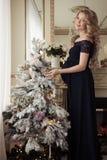 Härlig gravid kvinna i en ferieklänning arkivfoton