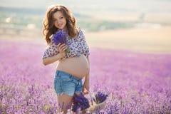 Härlig gravid kvinna i lavendelfältet Royaltyfria Foton