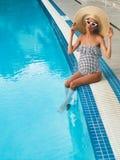 Härlig gravid kvinna i simbassäng arkivfoton
