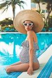 Härlig gravid kvinna i simbassäng fotografering för bildbyråer