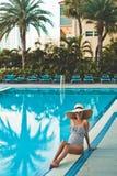 Härlig gravid kvinna i simbassäng arkivfoto