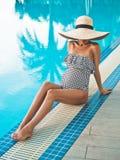 Härlig gravid kvinna i simbassäng arkivbild