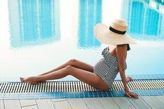 Härlig gravid kvinna i simbassäng royaltyfria foton