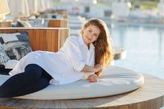 Härlig gravid kvinna med chic hår som ler i en vit skjorta Fotografering för Bildbyråer