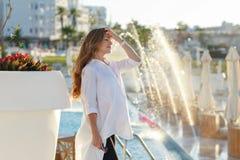 Härlig gravid kvinna med chic hår som ler i en vit skjorta Arkivfoto