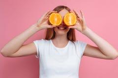 Härlig gravid kvinna med orange frukt royaltyfri fotografi