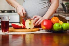 Härlig gravid kvinna på kök royaltyfri fotografi