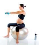 Härlig gravid kvinna på konditionidrottshallen Arkivfoto