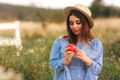 Härlig gravid kvinnashow och att äta det röda äpplet sund mat nya frukter Lyckligt kvinnaleende royaltyfri bild