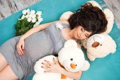 Härlig gravid moder med nallebjörnar motherhood royaltyfri bild