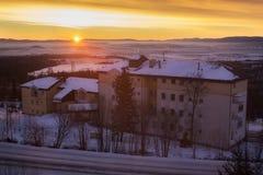 Härlig gryning i mitten av den kåta Smokovecen Är ett populärt skidar byn i Slovakien Royaltyfria Bilder