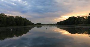 Härlig gryning på kusten av sjön Fiske Lake arkivfilmer