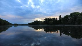 Härlig gryning på kusten av sjön Fiske Lake lager videofilmer